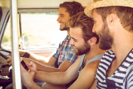 hombres jovenes: Amigos Hipster en viaje por carretera en un d�a de verano