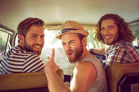 amistad: Amigos Hipster en viaje por carretera en un día de verano
