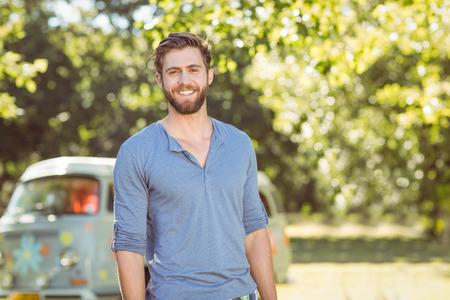 bel homme: Hippie beau sourire � la cam�ra sur un jour d'�t�s Banque d'images