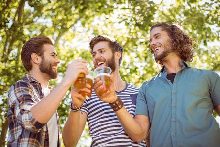 cerveza: Hipster amigos tomando una cerveza juntos en un d�a de verano