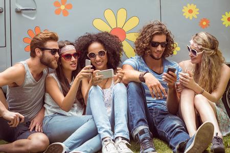 jeune fille: Hipster amis � l'aide de leurs t�l�phones sur un jour d'�t�