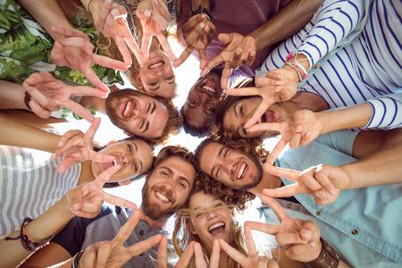 manos juntas: Feliz j�venes amigos que ponen las manos juntas en un d�a de verano