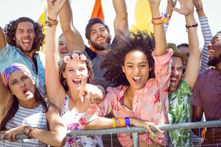 personas cantando: Los j�venes emocionados cantando junto a un festival de m�sica