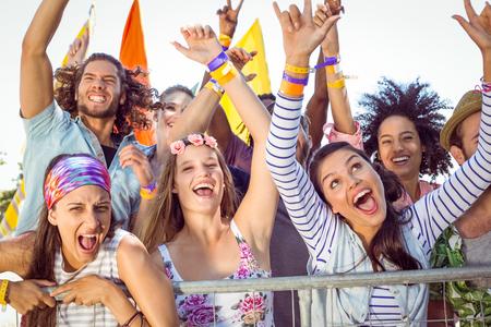 canto: Los j�venes emocionados cantando junto a un festival de m�sica