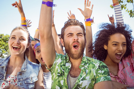 excitación: Los jóvenes emocionados cantando junto a un festival de música