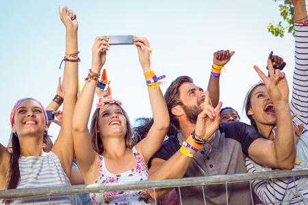 excitación: Aficionados a la música emocionados hasta el frente en un festival de música