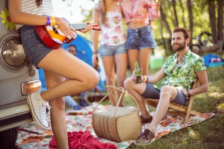 cerveza negra: Hipsters que se divierten en su campamento en un festival de música