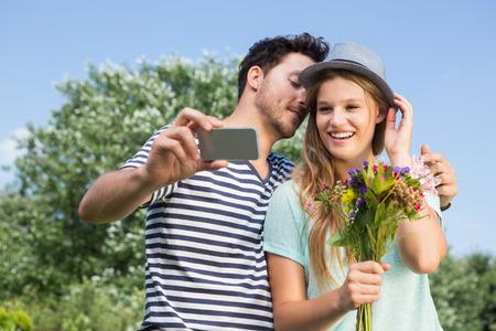 couple  amoureux: Cute couple dans la prise de parc Selfie sur une journ�e ensoleill�e
