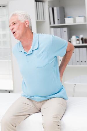 dolor de espalda: Hombre mayor gritar debido al dolor de espalda en la cl�nica Foto de archivo