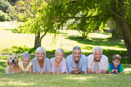 Glückliche Familie lächelnd in die Kamera mit ihrem Hund an einem sonnigen Tag Standard-Bild - 36416771