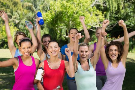 mujer alegre: Gimnasio grupo sonriendo a la c�mara en el parque en un d�a soleado