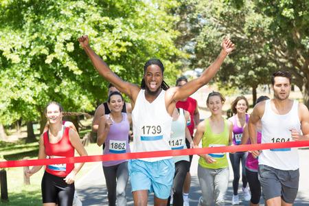 アスリート: 晴れた日に公園でランニング レース フィットの人々 写真素材