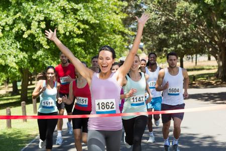 Les gens en forme de course course dans le parc sur une journée ensoleillée Banque d'images - 46065902