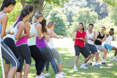 wojenne: Grupa fitness gry holownika wojny w słoneczny dzień