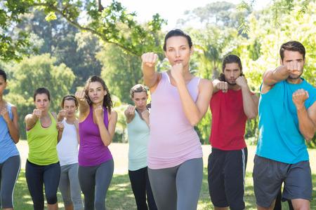 mujeres juntas: Grupo de la aptitud que se resuelve en el parque en un día soleado