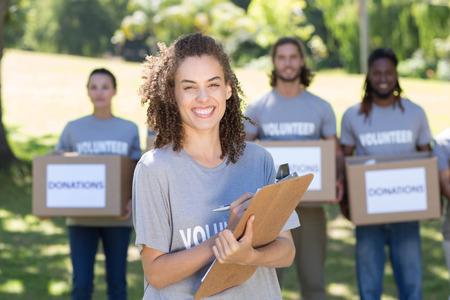 trabajo social: Voluntarios felices en el parque en un día soleado