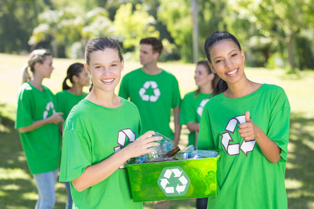 reciclar: Activistas ambientales felices en el parque en un d�a soleado Foto de archivo