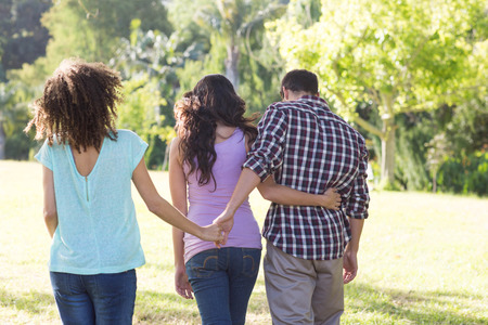 Man being unfaithful in the park on a sunny day Stockfoto