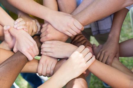 mujeres juntas: Amigos que ponen las manos juntas en un d�a soleado Foto de archivo