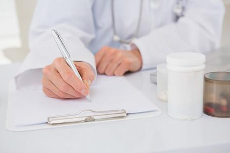prescriptions: Vet escrito en el portapapeles las recetas en el consultorio m�dico Foto de archivo