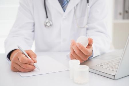 recetas medicas: Vet escrito en el portapapeles las recetas en el consultorio m�dico Foto de archivo