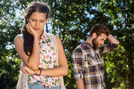 personas discutiendo: Joven pareja tras una discusi�n en un d�a de verano Foto de archivo