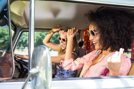cantando: Amigos felices en un viaje por carretera en un día de verano
