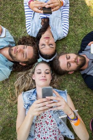 jeune fille: Amis heureux couch� sur l'herbe sur une journ�e des �t�s Banque d'images
