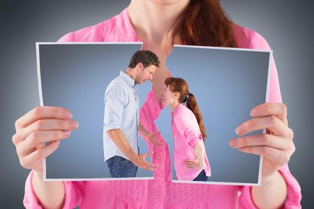 pareja discutiendo: Pares que discuten entre sí contra la viñeta gris