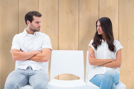 pareja enojada: Pares enojados no hablar despu�s argumento en contra de tablones de madera Foto de archivo