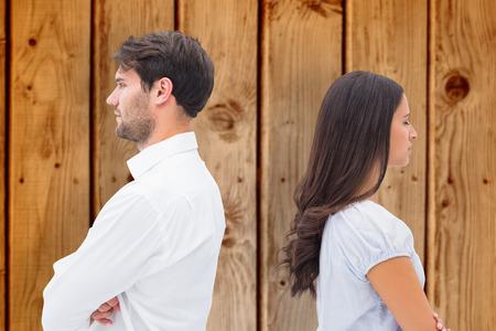 not talking: Sconvolto coppia non parlano tra di loro dopo la lotta contro lo sfondo di legno