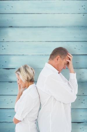 not talking: Sconvolto coppia non parlano tra di loro dopo la lotta contro tavole di legno
