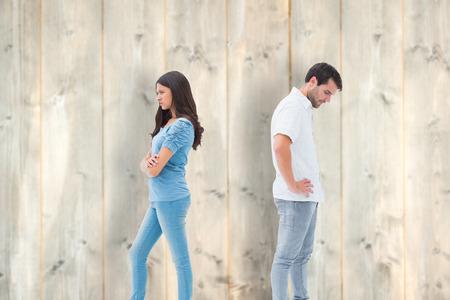 not talking: Sconvolto coppia non parlano tra di loro dopo la lotta contro tavole di legno chiaro
