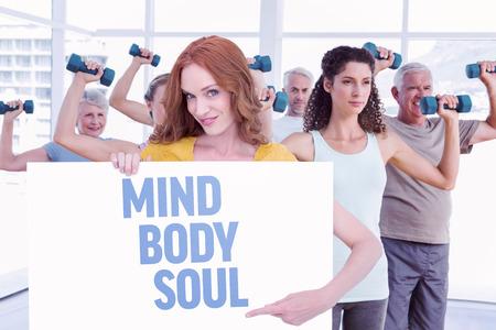 mind body soul: Redhead grazioso che mostra un manifesto contro l'anima corpo mente Archivio Fotografico