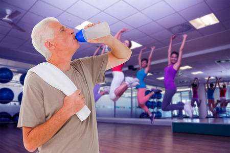 zumba: Imagen compuesta de hombre mayor bebe de la botella de agua