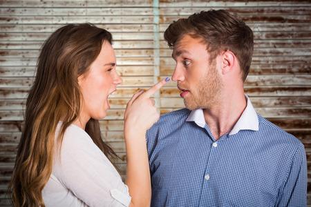 mujeres peleando: Pareja joven casual en un argumento contra los tablones de madera