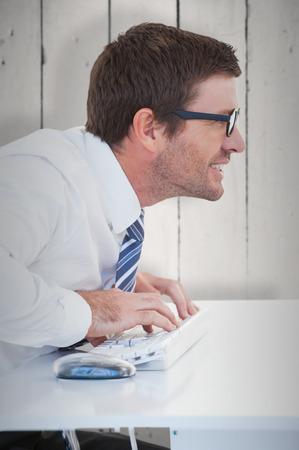 gafas de lectura: Trabajador de negocios con gafas de lectura en la computadora contra la madera blanca