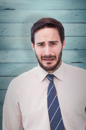 desolaci�n: Retrato de un hombre de negocios triste contra tablas de madera Foto de archivo