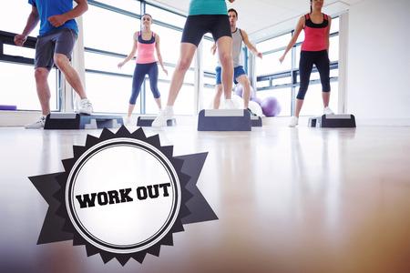 trabalhar fora: A palavra trabalhar fora e instrutor com aula de fitness que executa o exerc�cio aer�bica contra badge