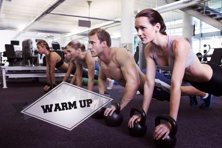 warm up: La parola warm up e lezioni di fitness in posizione tavola con kettlebell contro distintivo