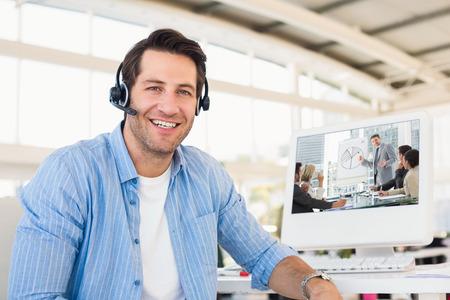 Hombres de negocios en la oficina en la presentación contra el retrato de un editor de fotos sonriente vistiendo un auricular