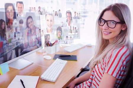 彼のオフィスでハンサムなデザイナー座るに対してコンピューターで作業して魅力的なフォトエディター 写真素材