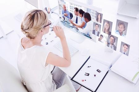 Diteur de photo Femme travaillant sur ordinateur contre un groupe de gens d'affaires de remue-méninges ensemble Banque d'images - 38071156