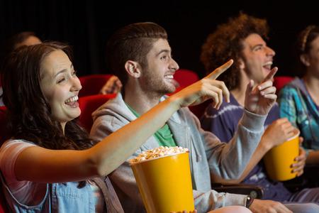 uomo rosso: Giovani amici a guardare un film al cinema
