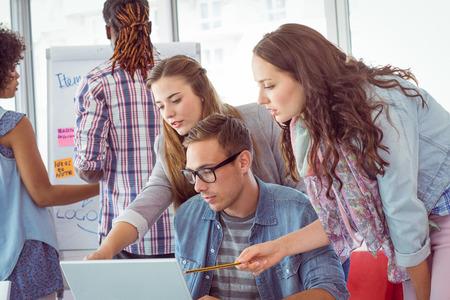 ESTUDIANDO: Estudiantes de moda de trabajo en equipo en la universidad