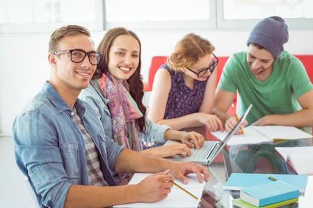 alumnos estudiando: Estudiantes de moda de trabajo en equipo en la universidad