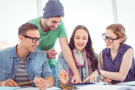 estudiante: Estudiantes de moda de trabajo en equipo en la universidad