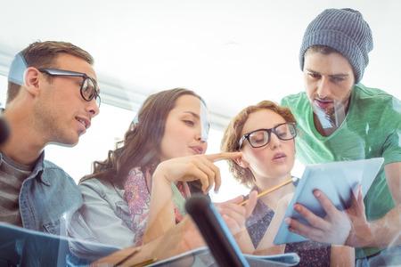 jovenes estudiantes: Estudiantes de moda de trabajo en equipo en la universidad