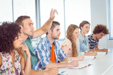 jovenes estudiantes: Estudiantes de moda estar atento en clase en la universidad