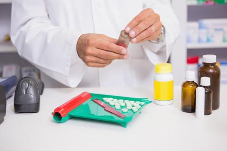 Apotheker voorbereiding van een aantal medicijnen in de apotheek